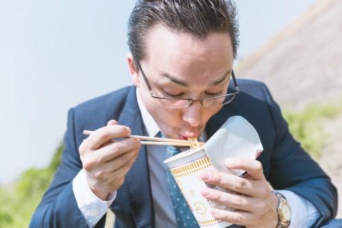 カップラーメンを食べる人