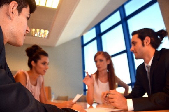 同僚と会議中の風景