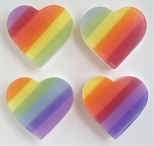 虹色をしたハート型の石鹸