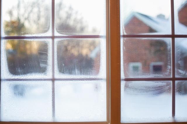 家の窓から見える雪景色